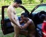 Dando uma lavadinha no carro com o amigo