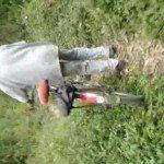 Homem batendo punheta para coroas no meio do mato