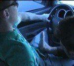 Fazendo o amigo gozar no carro
