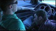 Fazendo o amigo gozando muito dentro do carro