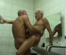Porno velho gay dando no banheiro